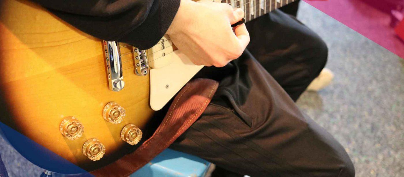 Slider Freiwilligendienst Kultur: Freiwilliger im FSJ Kultur spielt Gitarre